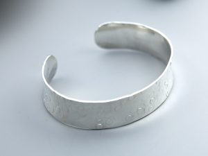 Medium disc hammered cuff